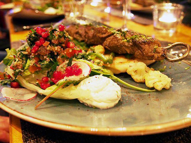 Lebanese lamb skewer: sitruuna-korianterilammasta, tabbouleh salaattia ja pitaleipää
