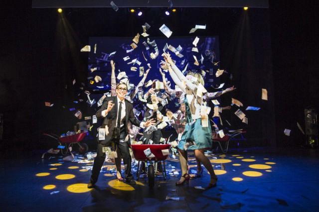 Rahaa on! Valtuuston budjettikäsittely (vas. kaupunginJ Karjalainen, oik. valtuuston PJ MR)?  Ei, vaan Joensuun kaupungin teatterin Rahakabaree-näytelmä.