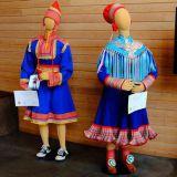Vasemmalla feikki puku, oikealla aito. (Kuva: Vesa Toppari / Yle)