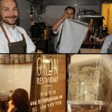 """Keittiössä on hyvä fiilis! / Grönin julkisivu on melkein pelkkää ikkunaa ja muutenkin sopivan pelkistetty / """"Yrttiseinästä"""" löytyy vaikka mitä mielenkiintoisuuksia."""