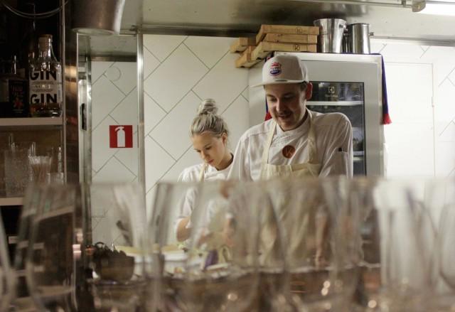 Erik Mansikan keittiössä meininki on yhtä rento kuin ravintolassa.