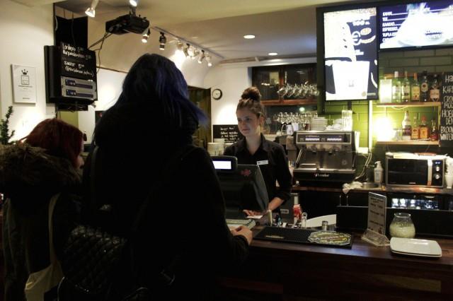 Veera Tulonen palvelee asiakkaita kortteliravintola Kertussa.