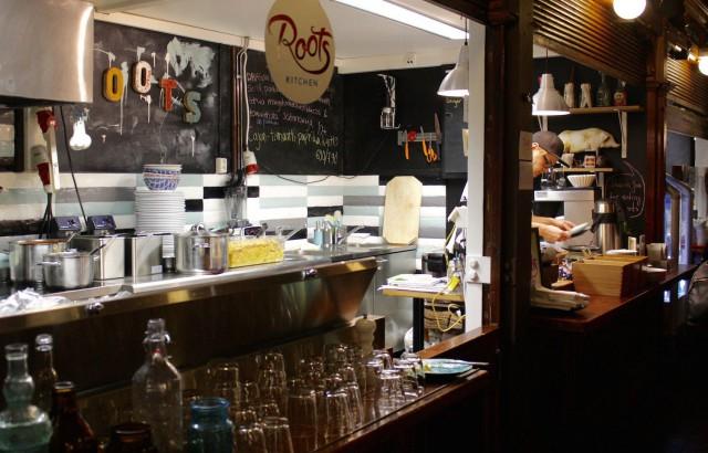 Kauppahallin Roots Kitchenin tiskin takaa voi löytää Pekan, jos oikein etsii.