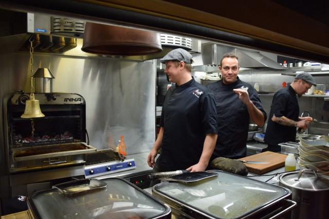 Topi Keskisarja (vas.) vastaa Treffipubin keittiöstä ja Andy Solomon pyörittää paikkaa.
