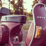 Italian auringon alla voisi skootterin kyydissä karistaa kutinan kyydistään