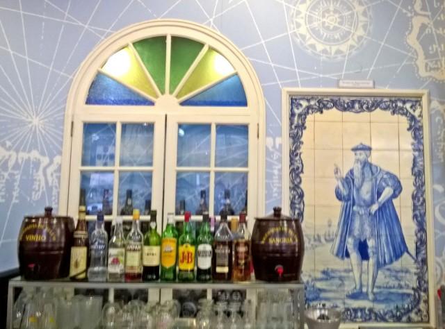 Keraamiset laatat ovat osa arkkitehtuuriakin, kuvassa erään ravintolan seinää.