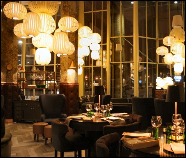 Uutuusravintola BRO vakuuttaa monipuolisuudellaan sekä cocktailbaarina että ruokaravintolana. Sisustus, musiikin äänenlaatu sekä soittolista muodostavat viihtyisän kokonaisuuden.