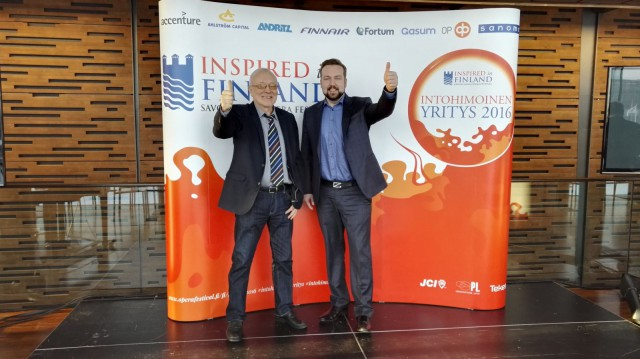 intohimoiset yritykset kampanjan projektipäällikkö Pekka Koivunen (vasemmalla) ja Savonlinnan Oopperajuhlien festivaalijohtaja Jan Strandholm (oikealla) haluavat, että yritykset kertovat intohimosta.