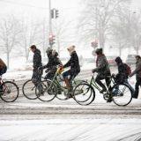 Talvipyöräilijä polkee läpi pakkasen ja loskan