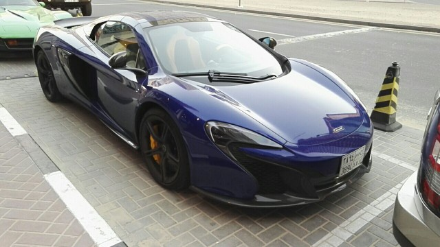 McLaren, JW Marriott Marquis Dubai hotellimme edessä. Dubaissa nämä arvokkaammat autot ovat arkipäivää.