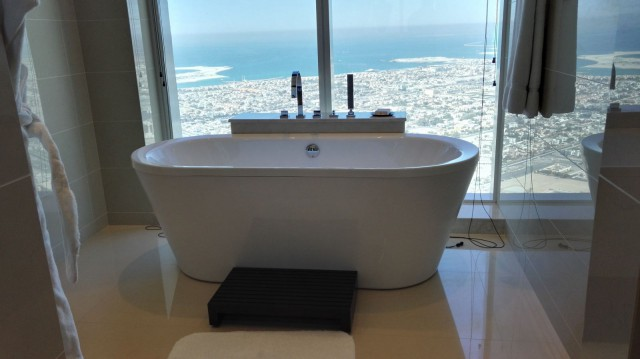 JW Marriot Marquis Dubai hotellimme hotellihuoneessa on kylpyamme näköalalla.