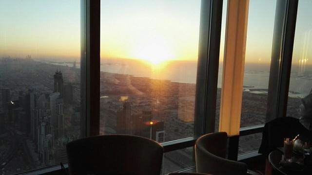 Burj Khalifa rakennuksessa on kiva ravintola, At.mosphere, jonka loungessa tai ravintolan puolella on kiva katsella auringonlaskua