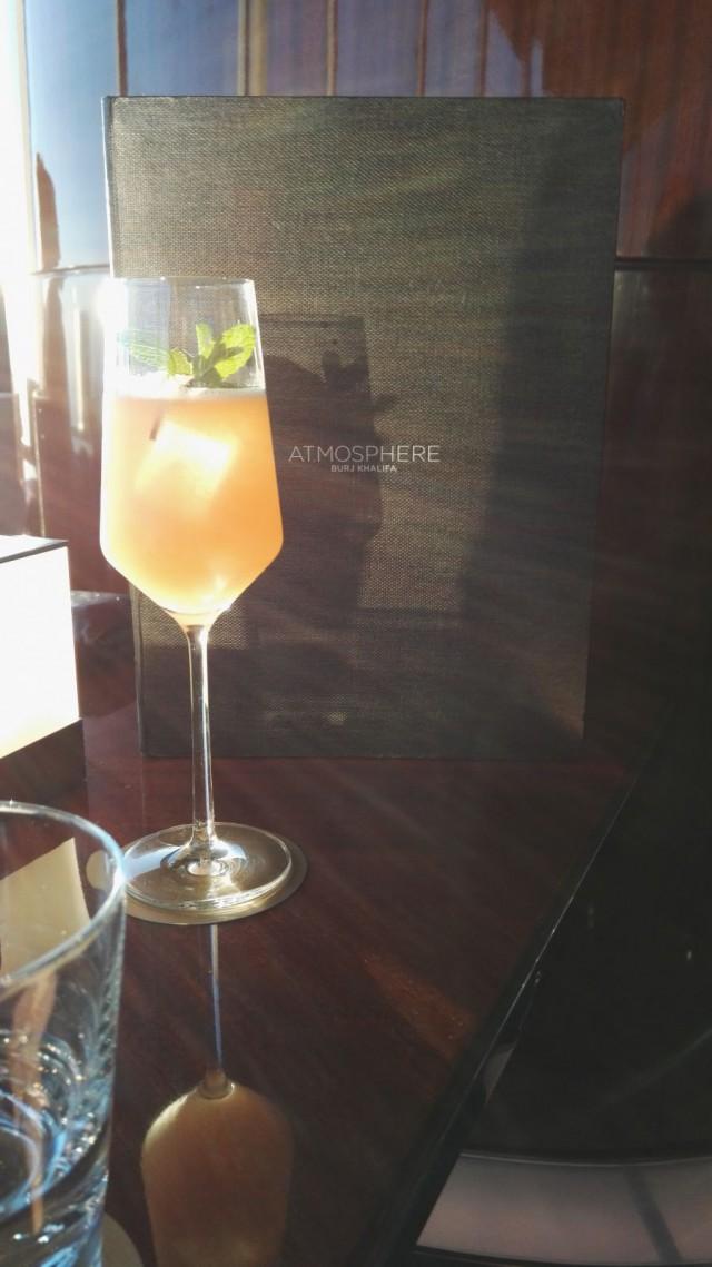 Burj Khalifa rakennuksen At.mospheressä voi nauttia hyviä drinkkejä auringon laskiessa.