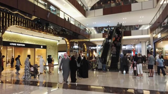 Dubai Mall:ilta löytyy luksusbrändejä, sisähuvipuisto, sisäluistelurata ja vaikka mitä tarpeellista ja tarpeetonta shoppailtavaa.