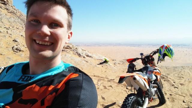 Aavikolla moottoripyöräilemässä.