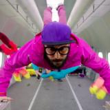 Painovoimaton musiikkivideo hivelee silmiä