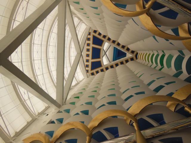 Burj Al Arab -hotellin aulaan tulee valoa lasikuidusta punotun valtavan purjeen läpi.