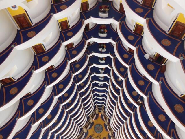 Burj Al Arab -hotelli on kokonaan yhden suunnittelijan suunnittelema. Hotellin kaikki huoneet ovat sviittejä.