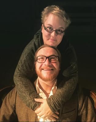 Sara Salmenmäki ja Anssi Kömi halivat.