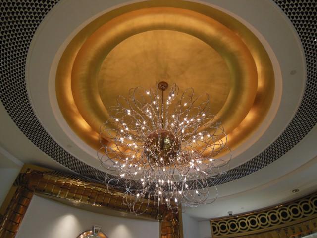 Burj Al Arab hotellissa on käytetty 1965 neliömetriä 24 karaatin lehtikultaa.