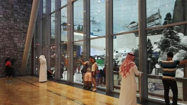Sisälaskettelukeskus ihmetyttää paikallisia ja turisteja. Mall of the Emirates, Dubai.