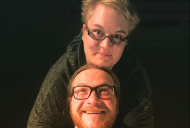 Ohjaaja Sara Salmenmäki ja näyttelijä Anssi Kömi