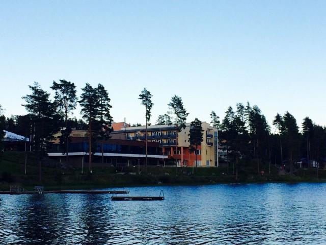 Hotelli Peurunkajärveltä katsottuna.