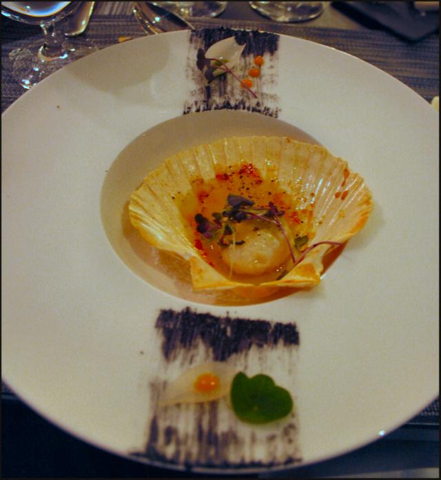 Kampasimpukkaa voissa sekä persiljassa paistettuna, etikoitua sipulia sekä sivallus mustekalan mustetta. VIINI: Domaine des Malandes, Chablis Vieilles Vignes