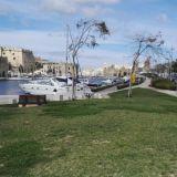 Maltalla on kivoja rantakatuja ja kaupunkielämää