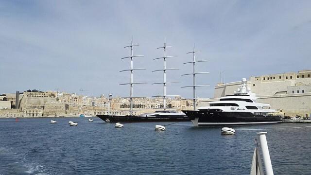 Maltalla näkyy paljon upeita veneitä.