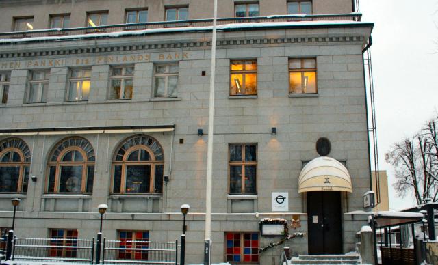 Isä Camillo sijaitsee upeassa kivirakennuksessa Kuopion tuomiokirkon kupeessa. Rakennuksessa on toiminut Suomen Pankki vuosina 1912-1993.