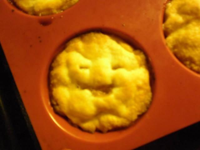 Pullea ja hyväntahtoinen omenapiirakka on mielissään kun hänet syödään