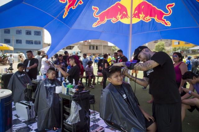 Red Bullin järjestämällä Neymarin futisleirillä tulevat lupaukset saivat kaupan päälle idolinsa kampauksen. Kuva: Enrique Castro Mendivil / Red Bull