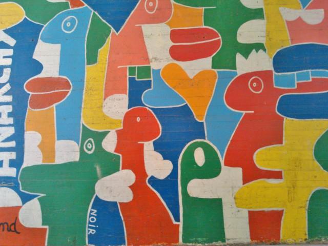 Tämä taideteos voisi hyvin kuvastaa keskusteluohjelmia, joissa puhutaan toisten päälle.