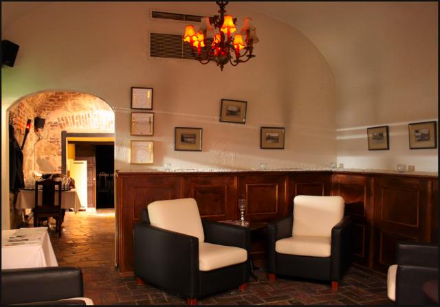 Mustassa Lampaassa on upea kellariravintolan tunnelma. Ulkomaailman hälyt katoavat kokonaan, samoin stressi.