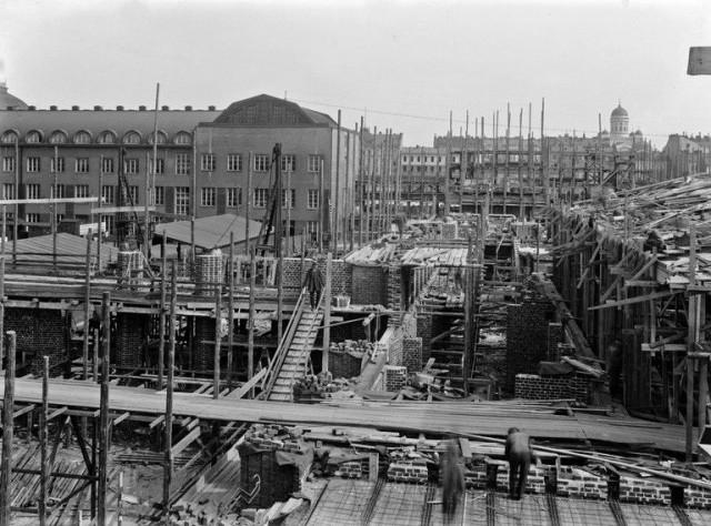 Rautatientorin rakennusta 1910-1917.