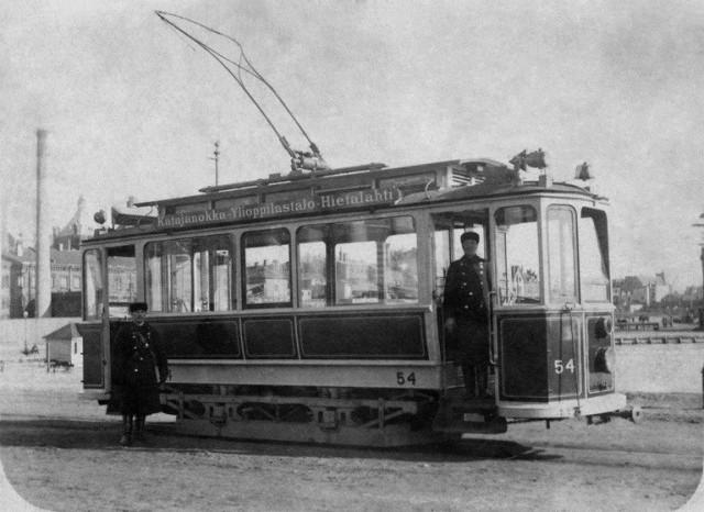 Svenski-raitiovaunu liikennöi Katajannokan ja Hietalahden välillä vuonna 1910. Kuvassa kuljettaja ja rahastaja.