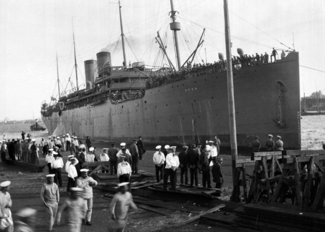 Kuva otettu ensimmäisen maailmansodan aikaan. Venäläiset sotilaat astuvat laivaan Katajannokan laiturilta.