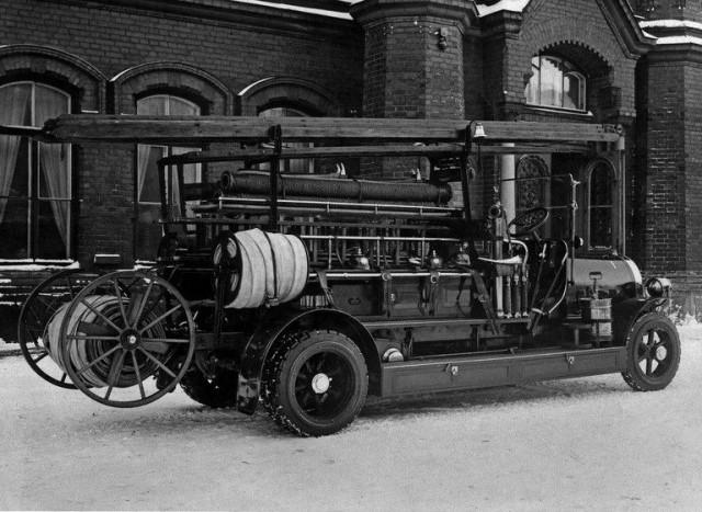Paloauto 1920. Ensimmäinen bensiinikäyttöinen Scania-Vabis valmistui 1916 ja otettiin käyttöön Helsingin paloasemalla 1917.