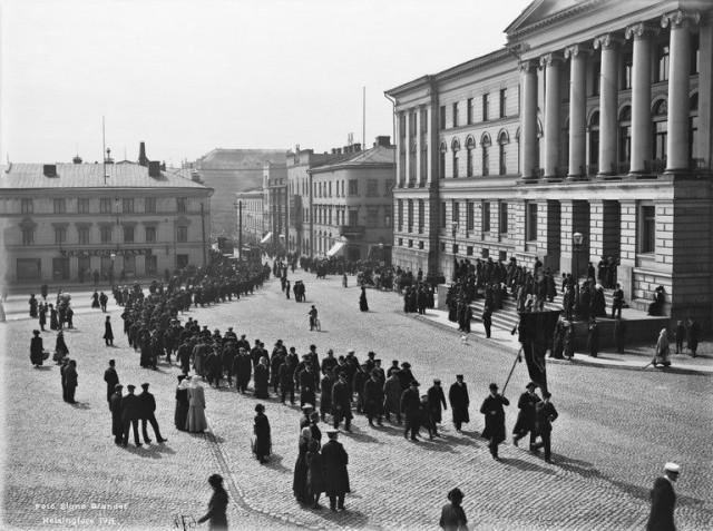 Työläisten vappukulkue Senaatintorilla 1.5.1912
