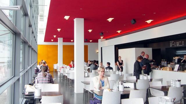 Kiasma Cafén tila on moderni ja valoisa.