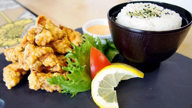SYÖ-viikkojen annoksiin kuuluu Tori Karaage eli uppopaistettua kanaa chilimajoneesilla.