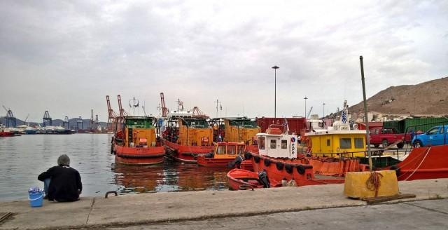 Tässä satamassa, Ateenan Piraeuksessa, on paljon ihmisiä, eritoten meren takaa tulleita, joilla on tarinansa kerrottavanaan.