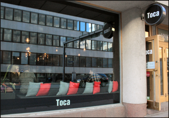 Toca on ulkoapäin melkein pelkkää ikkunaa ja muutenkin sopivasti tyylikkään pelkistetty.