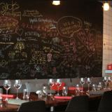 Toca on pieni ja tunnelmallinen ravintola ilman mitään ylimääräistä bling blingiä. Salissa on kokonainen seinä vierailijoiden tervehdyksiä sekä kehuja varten!