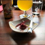 Amuse bouche - punajuuripannacotta sekä kuivatta mustaa oliviia. / Aperitiiviksi nautimme italialaisen Birra TOZ Easy Pale Alen.