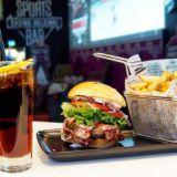 Beef burgerista löytyy mm. pekonia ja viski-colamajoneesia.
