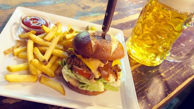 SYÖ!-viikkojen Pulled Pork burgeri on varmasti yksi kampanjan herkullisimmista burgereista.