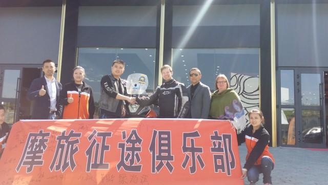 Moottoripyörää noutamassa Kiinassa Urumqissa.