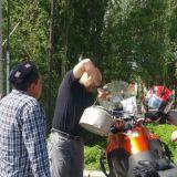 Tämä oli uusi käytäntö minulle Kiinassa. Moottoripyörän tankki täytetään huoltoaseman ulkopuolella. Bensa kannetaan kannulla bensamittarilta.